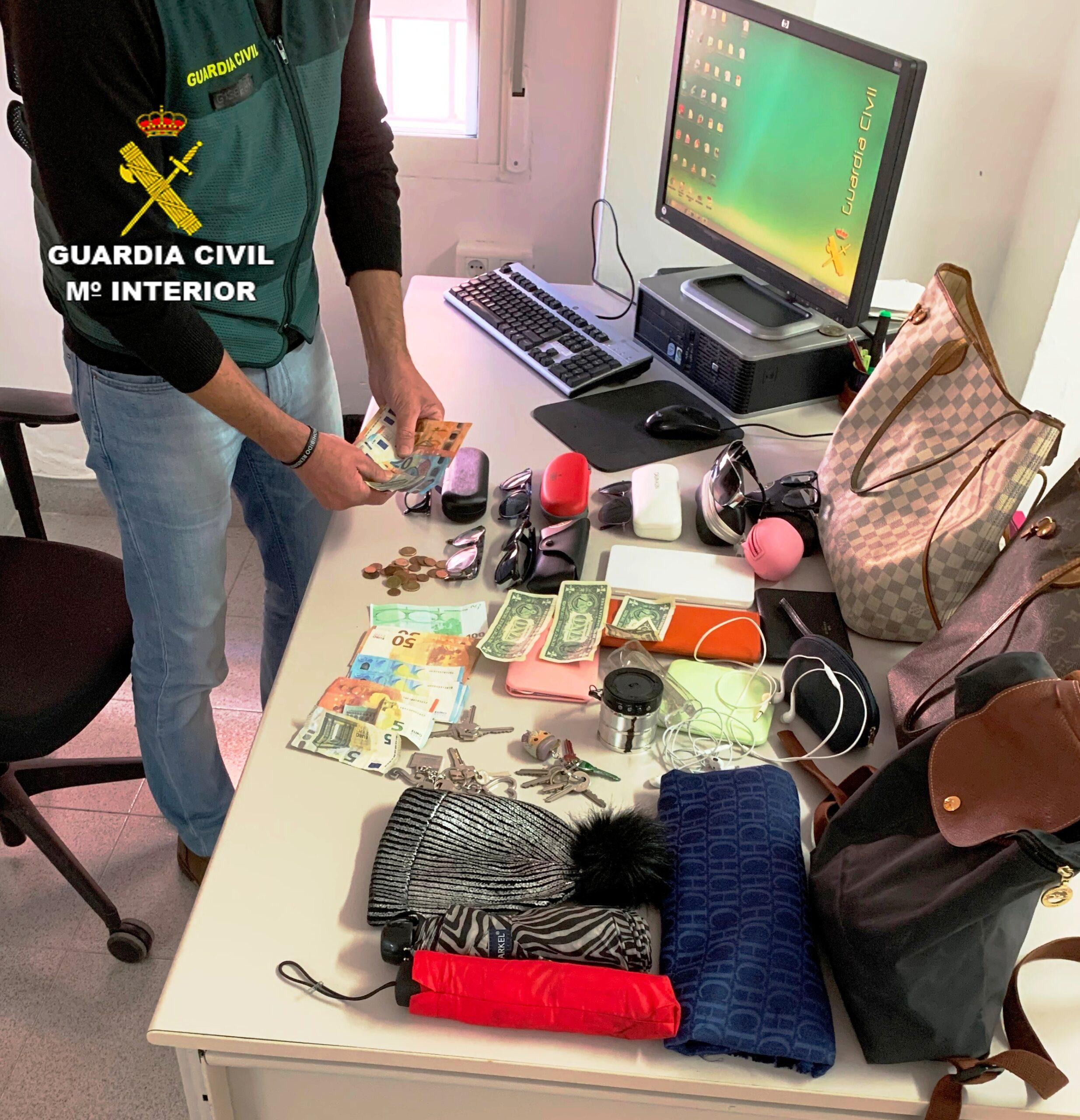 Pla general dels objectes intervinguts per la Guàrdia Civil de Vinaròs al detinguts per furts a persones grans en diverses poblacions. (vertical)
