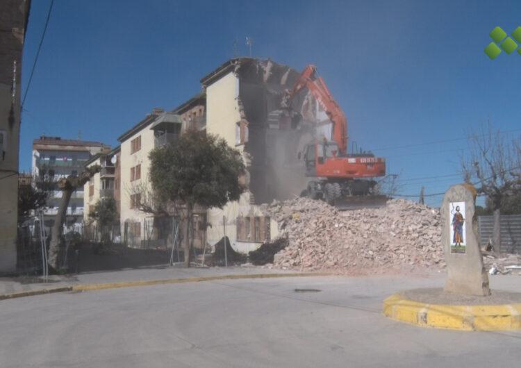 Maquinària pesant comença a tombar les parets del primer bloc d'habitatges del grup Sant Isidori de Mollerussa