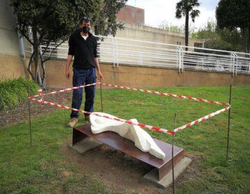 Nacho Culleré restaura l'escultura 'La migdiada' que va regalar a Mollerussa el 1990