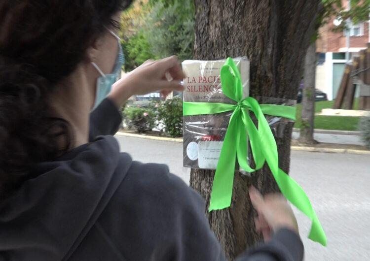 L'Escampallibres, una veïna anònima de Mollerussa que regala novel·les deixant-les en arbres del municipi