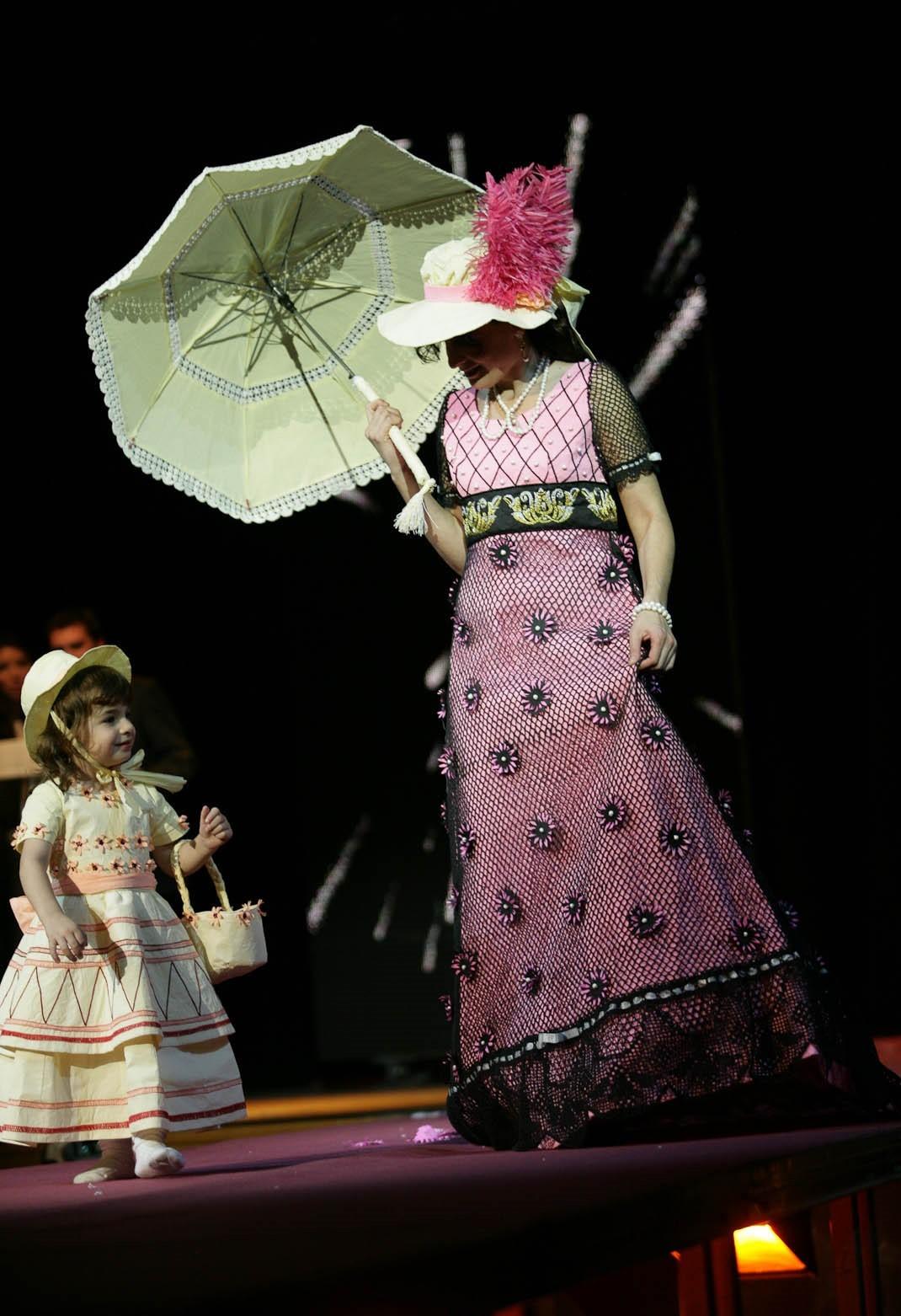 Una dotzena de vestits de paper de Mollerussa participen en les Jornades de Modernisme de Gelida