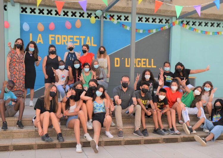 Mollerussa clou el segon camp de treball local que millora la plaça del Grup La Forestal amb un mural i nou mobiliari