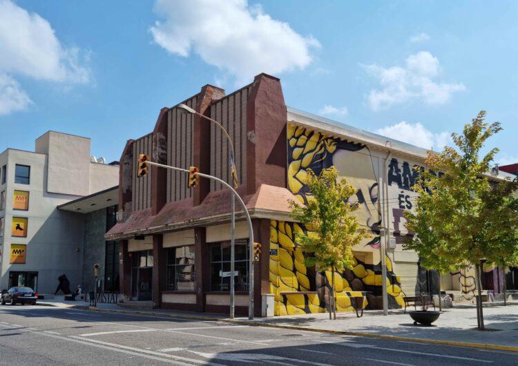 Tres empreses opten a realitzar les obres d'arranjament i millora de la façana del Cafè L'Amistat